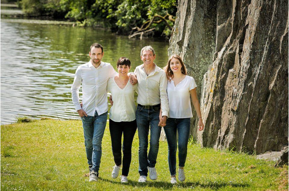 Une carte cadeau pour une séance avec un photographe de portrait de famille au pied du sapin