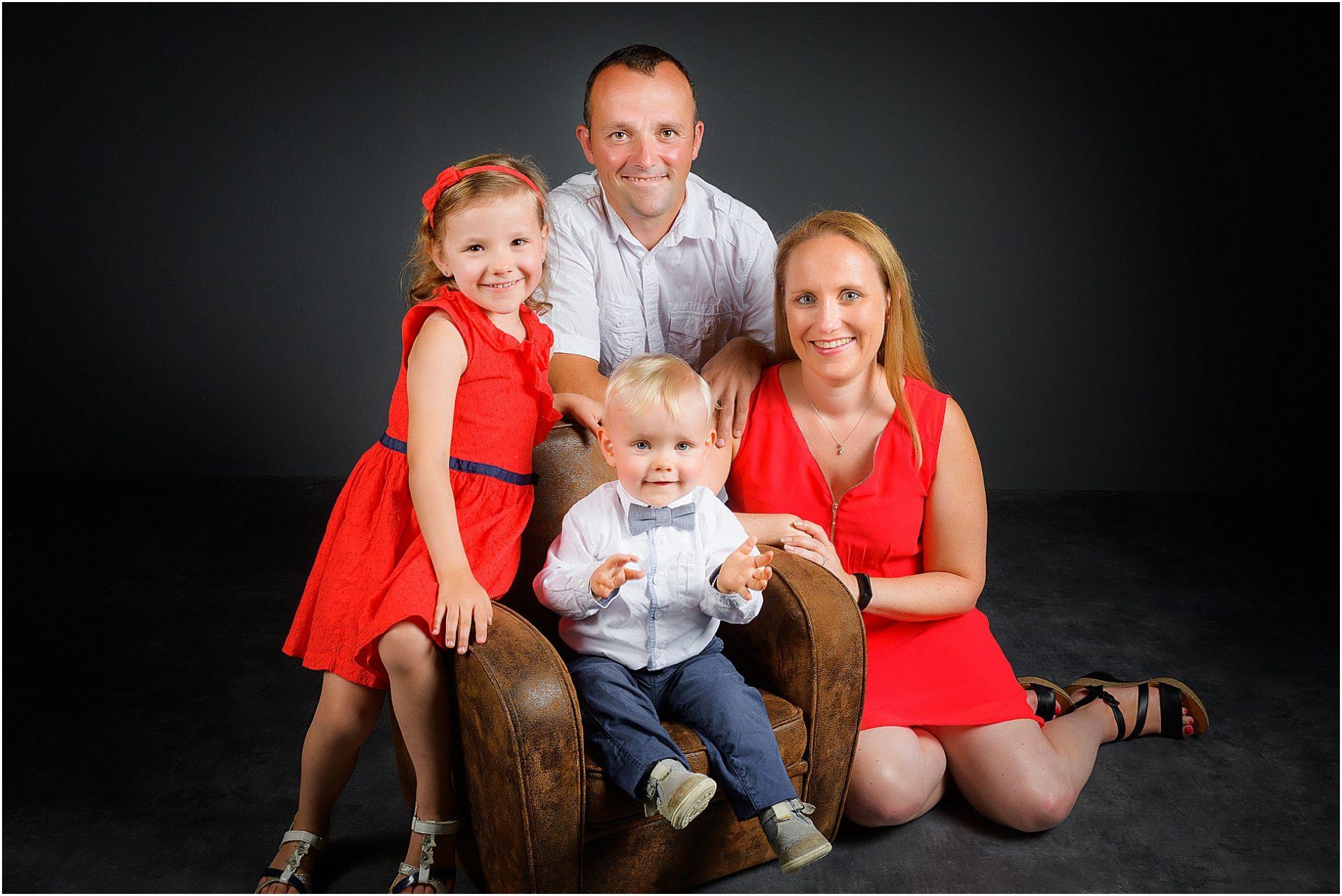 Immortaliser l'agrandissement d'une famille par des portraits en studio.